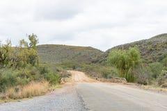 石渣路开始在Cango洞和Calitzdorp之间的 库存照片