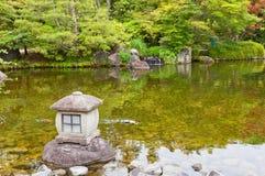 石灯笼在姬路城堡,日本附近的Kokoen庭院里 图库摄影