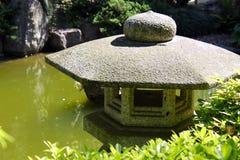 石灯笼在日本庭院里 库存图片