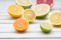 石灰、柠檬、桔子、蜜桔和葡萄柚在白色木头 免版税库存照片