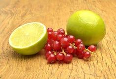 石灰和红浆果 库存图片