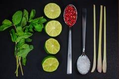石灰和薄菏,在一把匙子的红辣椒,厨房的 库存照片