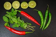 石灰和薄菏,红色和绿色意大利辣味香肠厨房的 库存照片