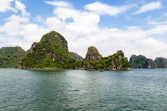 石灰岩地区常见的地形形成在下龙湾,越南,在北部湾 库存图片