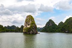 石灰岩地区常见的地形形成在下龙湾,越南,在北部湾 库存照片