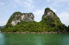 石灰岩地区常见的地形形成在下龙湾 免版税库存图片