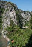 石灰岩地区常见的地形更加接近的看法  库存图片