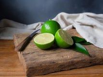 石灰或绿色柠檬切成了两半 库存照片