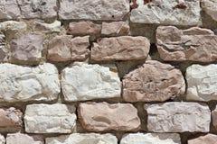 石灰石墙壁在阿西西在意大利 免版税库存图片
