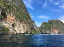 石灰石山和美丽的海洋 免版税库存照片