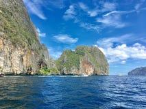 石灰石山和美丽的海洋 库存图片