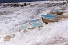 石灰石山的湖 库存照片