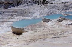 石灰石山的湖 免版税库存照片
