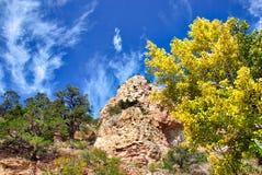 石灰石岩石和西部天蓝色的天空 免版税库存照片