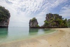 石灰石峭壁、白色沙子和清楚的水在洪海岛,甲米府,南泰国 免版税库存图片