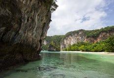 石灰石峭壁、白色沙子和清楚的水在洪海岛,甲米府,南泰国 库存图片
