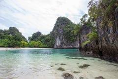 石灰石峭壁、白色沙子和清楚的水在洪海岛,甲米府,南泰国 免版税库存照片