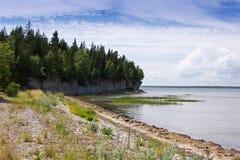 石灰石峭壁在海 库存图片