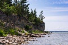 石灰石峭壁在海 库存照片