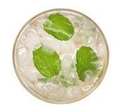 石灰苏打mojito在白色背景有薄荷的顶视图隔绝的饮料鸡尾酒,道路 库存照片