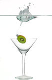 飞溅在酒杯的石灰 免版税图库摄影