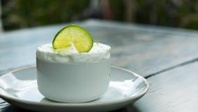 石灰结冰的蛋白牛奶酥 库存图片
