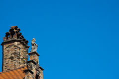 石狮子和烟囱在山墙屋顶 免版税库存照片