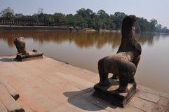 石狮子和baray在Ankor Wat,柬埔寨 图库摄影