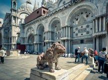 石狮子在圣马克` s正方形在威尼斯 免版税库存图片