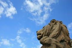 石狮子头雕象在反对蓝天的维也纳 库存图片