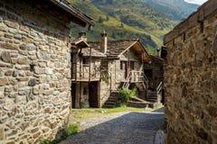 石瑞士山中的牧人小屋在一个微小的mountaing的村庄 Case di Viso - Ponte 免版税库存照片