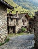 石瑞士山中的牧人小屋在一个微小的mountaing的村庄 Case di Viso - Ponte 免版税库存图片