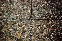 石瓦片的背景图片有棕色,黑,灰色和橙色小卵石和横穿线的 库存图片