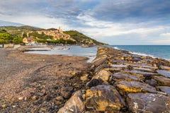 石痣和Cervo在日落Cervo,意大利期间 免版税库存照片