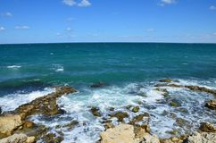 石的海滨 在岸的波浪敲打 黑海,Sevastop 库存图片