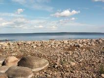 石的海边 免版税库存图片