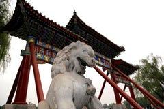 石监护人狮子雕象在北海公园 北京瓷 免版税库存图片