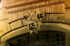 石看门人的头在一个古老房子的入口上设置 库存图片