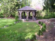 石眺望台在一个树木繁茂,但是象草的草甸 图库摄影