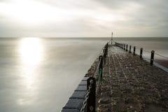 石码头的大气和喜怒无常的长的曝光照片在布赖顿,东萨塞克斯郡,英国,有拷贝空间的英国 免版税库存图片