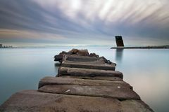 石码头和船交通控制塔 免版税图库摄影