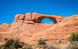 石砂岩峭壁和自然曲拱在拱门国家公园 免版税库存照片