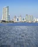 石砖地的一个空的场面与城市塔的 库存照片