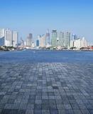 石砖地的一个空的场面与城市塔的 免版税库存照片