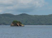 石礁石从接近岸Singapur的海水看  图库摄影