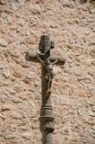 石耶稣受难象和墙壁看法在教会旁边圣徒保罗deVence的 免版税图库摄影