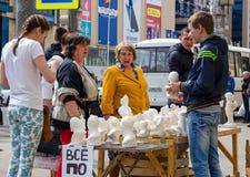 石膏小雕象销售在沃罗涅日街道的  免版税图库摄影