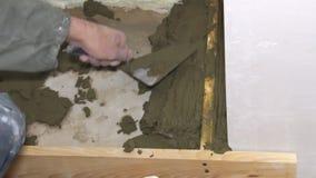 石膏工与水泥和修平刀一起使用 股票视频