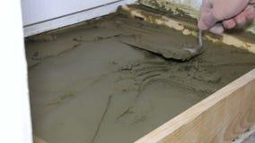 石膏工与水泥和修平刀一起使用 股票录像