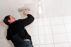 石膏工在天花板工作 图库摄影